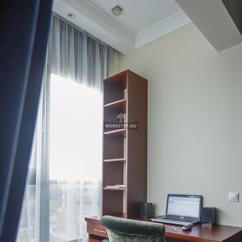 Стол и стеллаж у окна