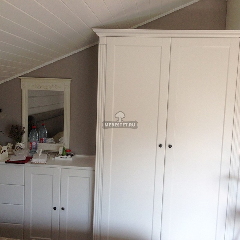 Классический шкаф в спальне
