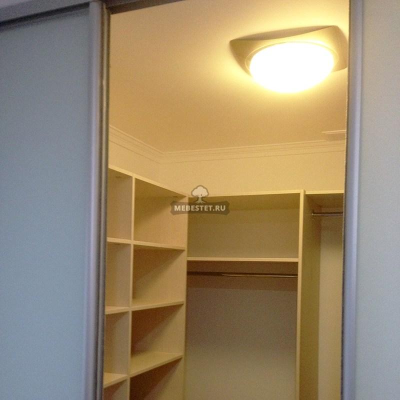 Гардеробный шкаф в нише