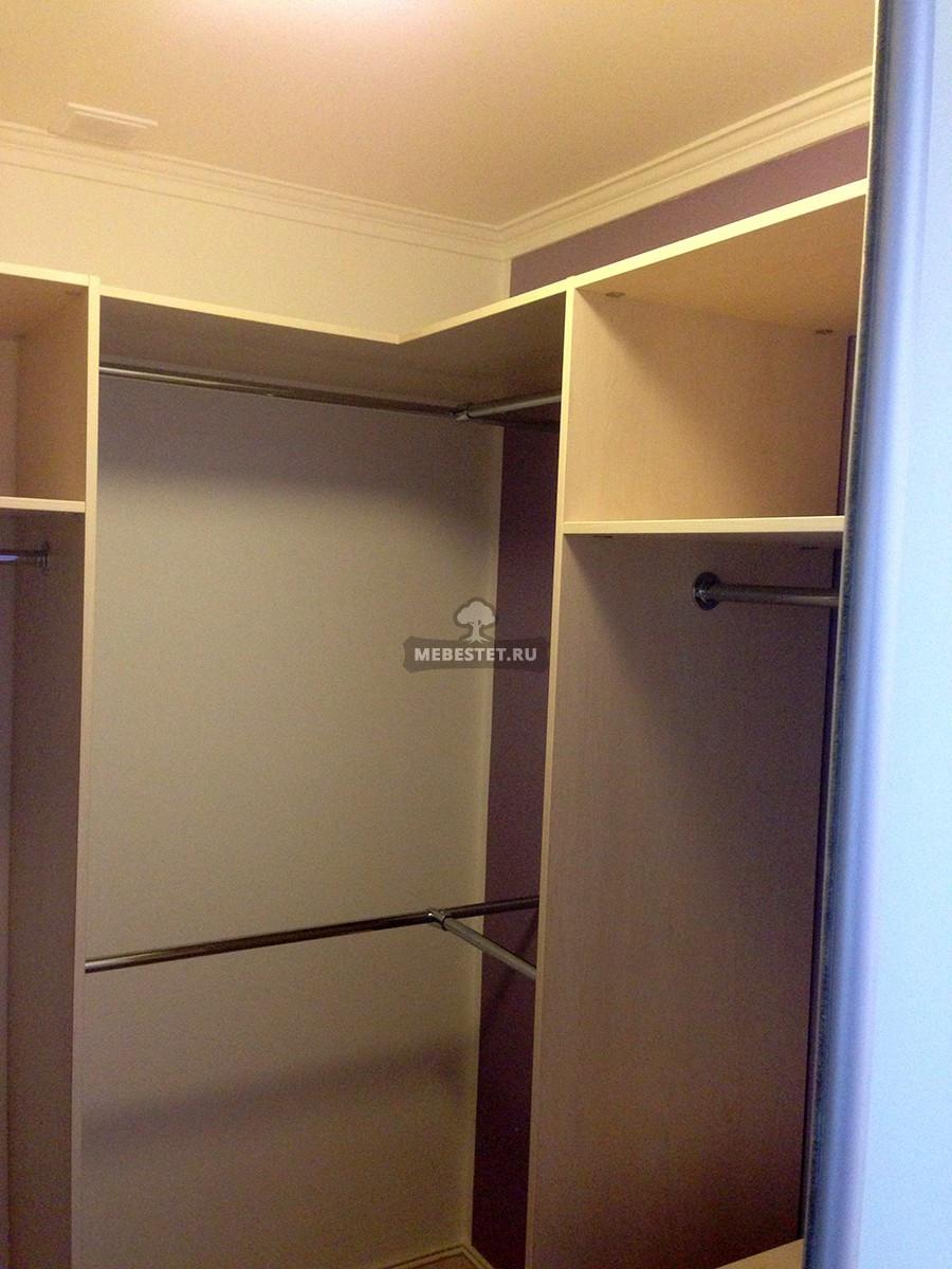 Встроенный гардеробный шкаф-купе из шпона.