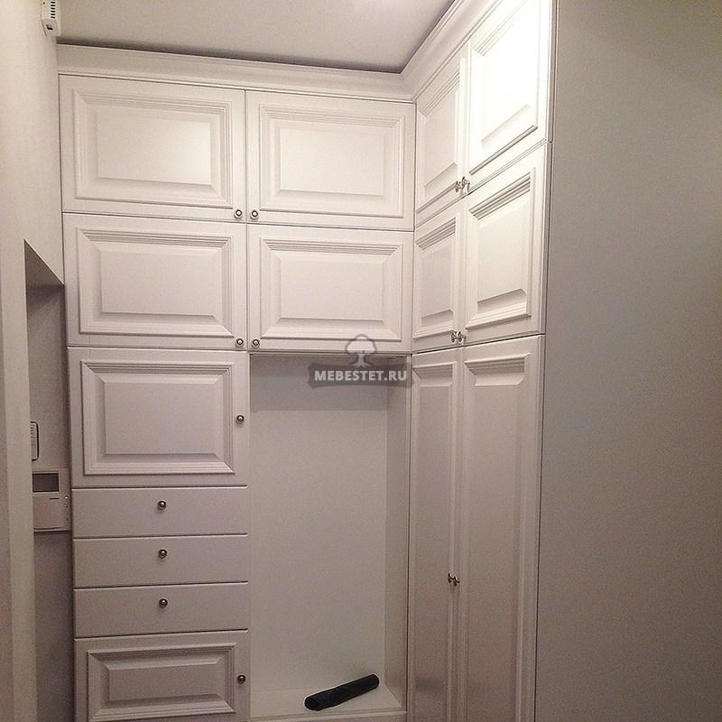Распашной шкаф в углу прихожей