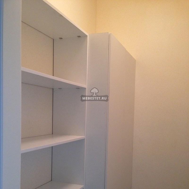 Шкаф с узкими полками в нише