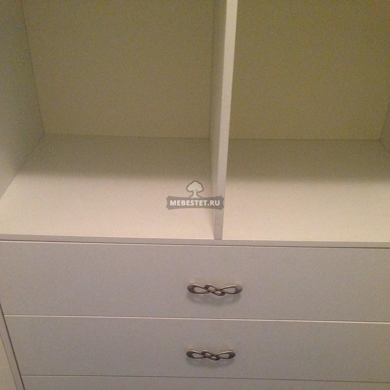 Зона с ящиками в гардеробной