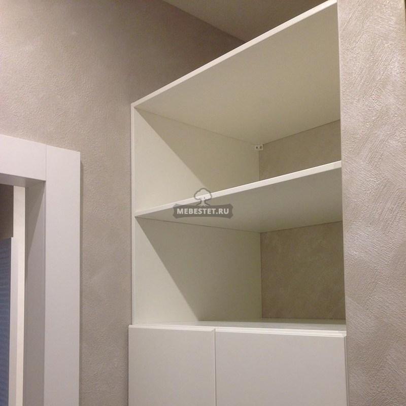Шкаф слева от входа в комнату