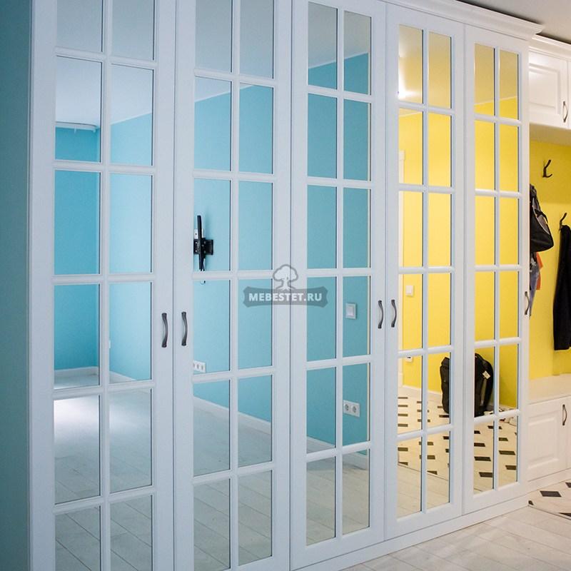 Шкаф распашной – фасады зеркальные с раскладкой