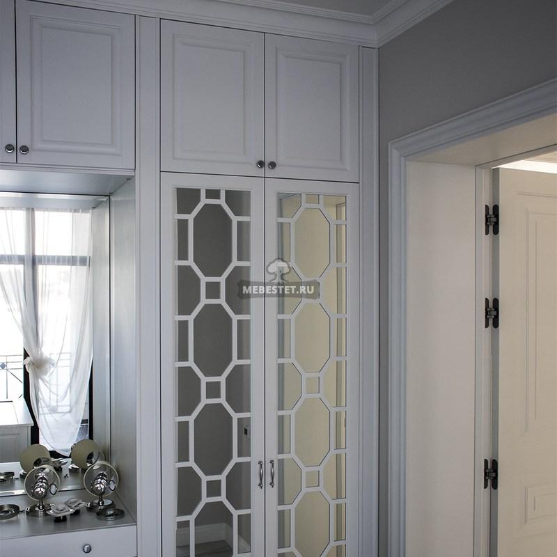 зеркальные фасады гардеробной комнаты