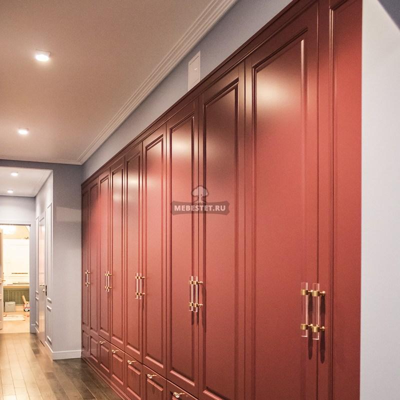 Красный распашной шкаф в коридор