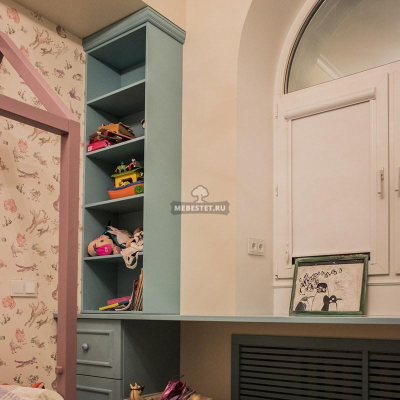 рабочее место с выдвижными ящиками и секциями для книг