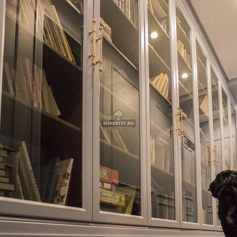 Книжный шкаф со стеклянными дверцами