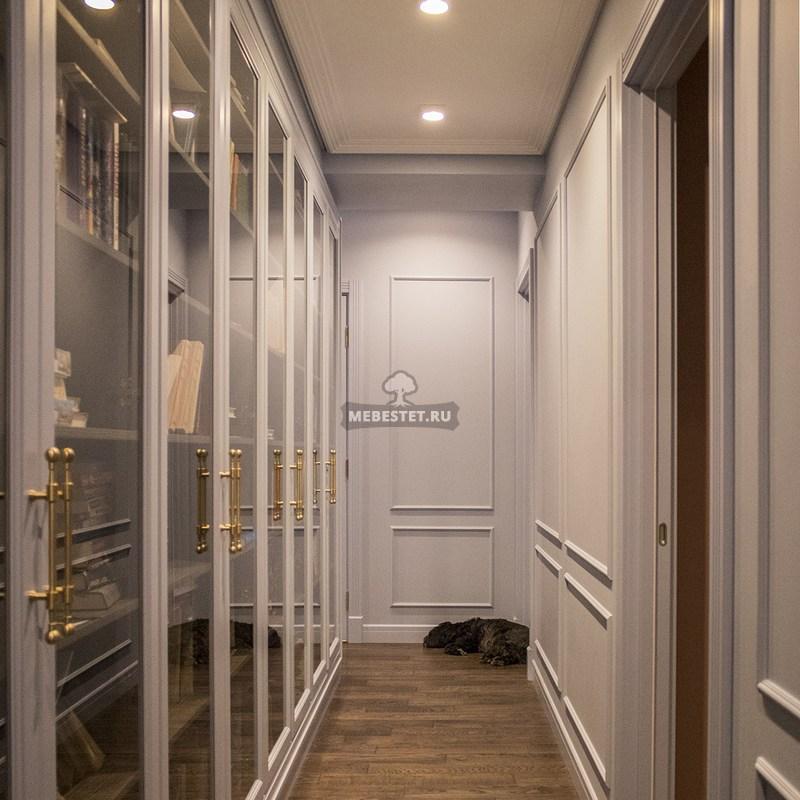 Шкаф-библиотека со стеклянными дверцами