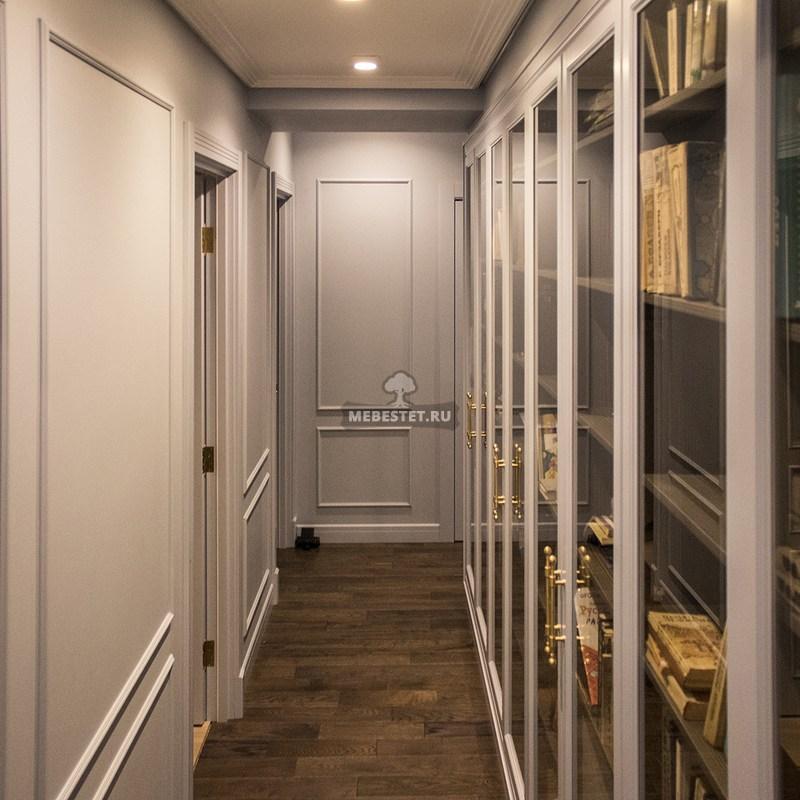 Шкаф для книг со стеклянными дверями