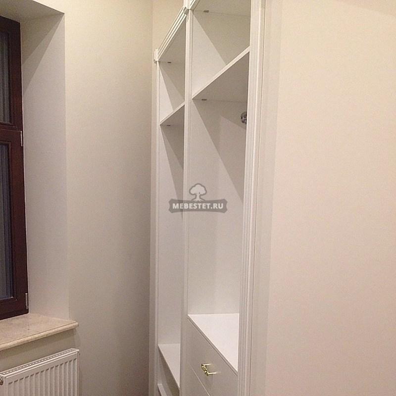 Угол гардеробной комнаты