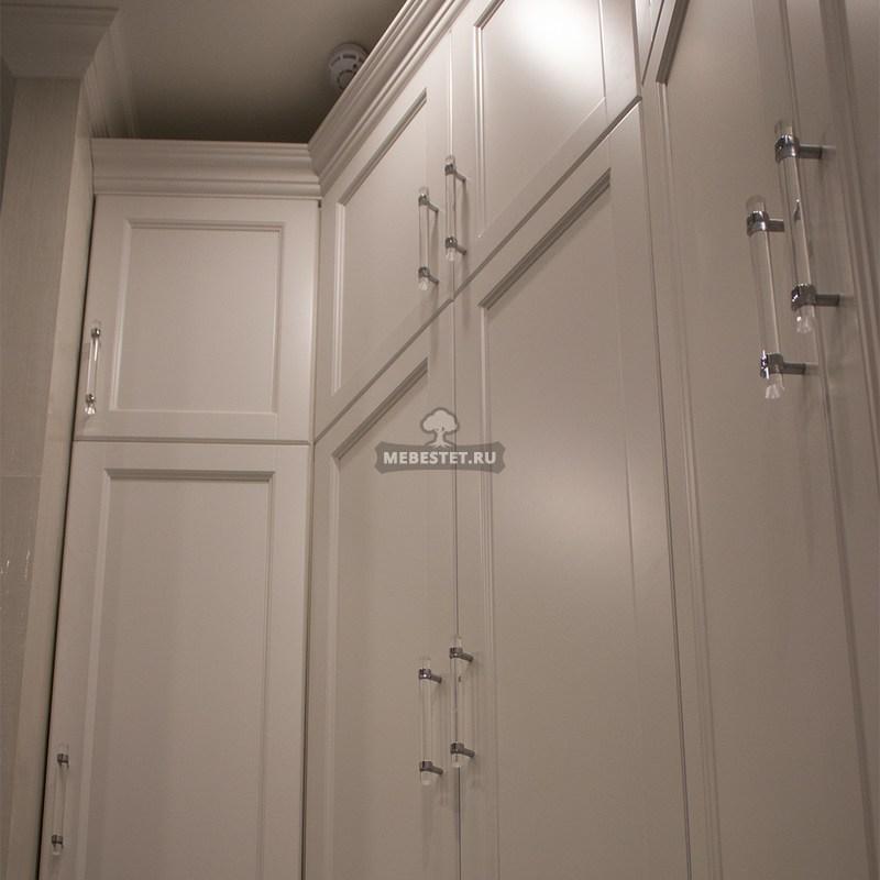 Угловой шкаф в классическом стиле