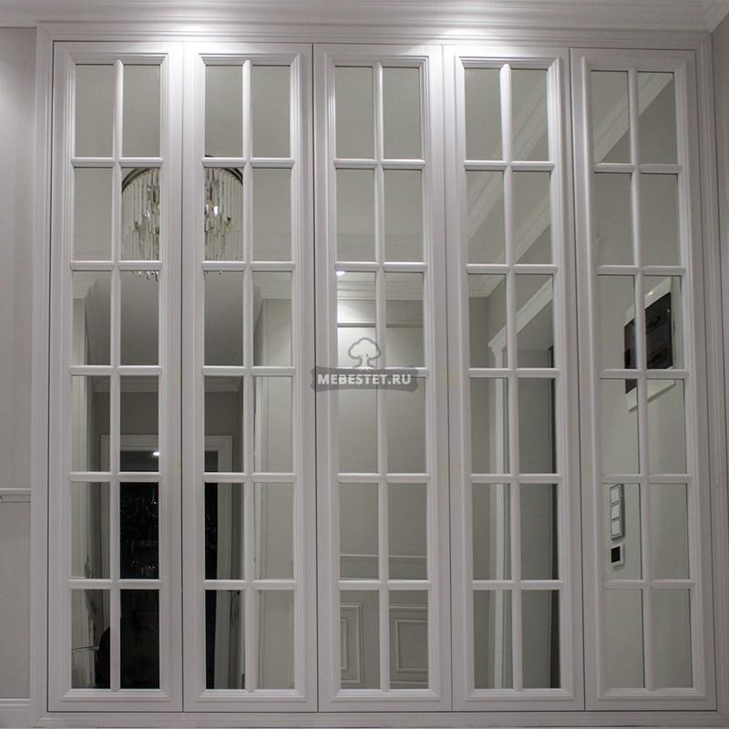 Белый шкаф с английской решеткой