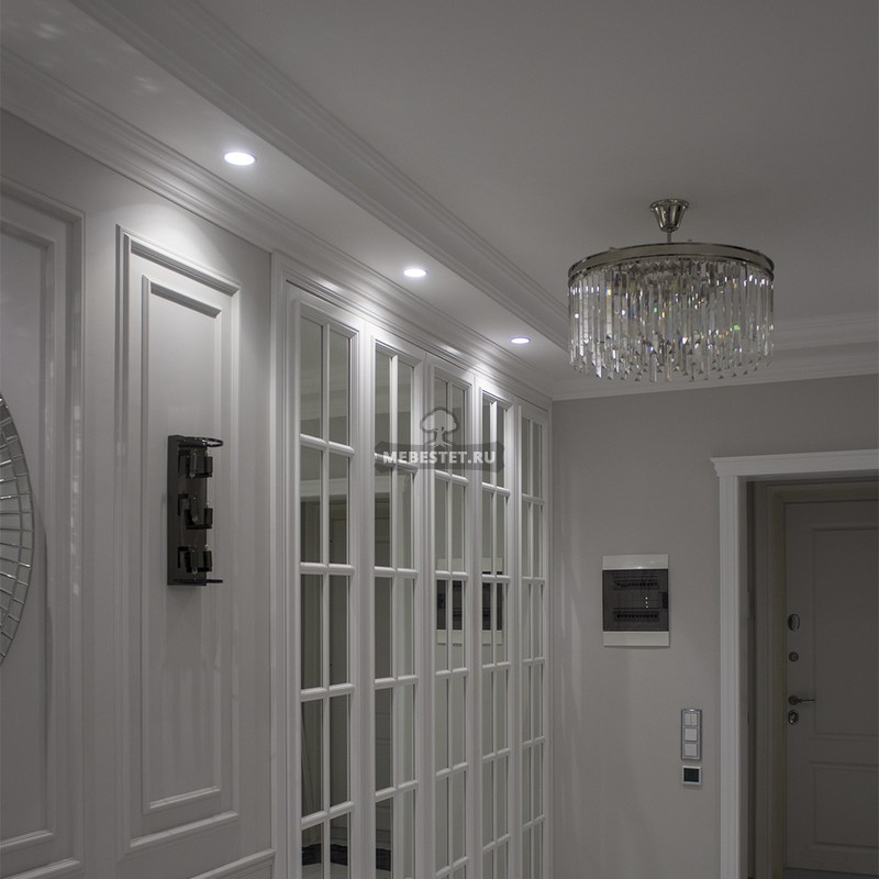 Зеркальный белый шкаф в коридор