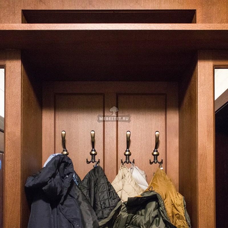 Вешалка с крючками в шкафу