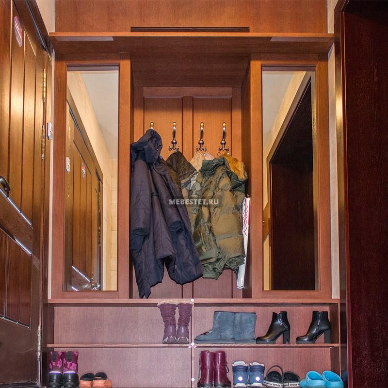 Внизу шкафа полки для обуви