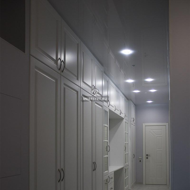 Шкаф между прихожей и холлом