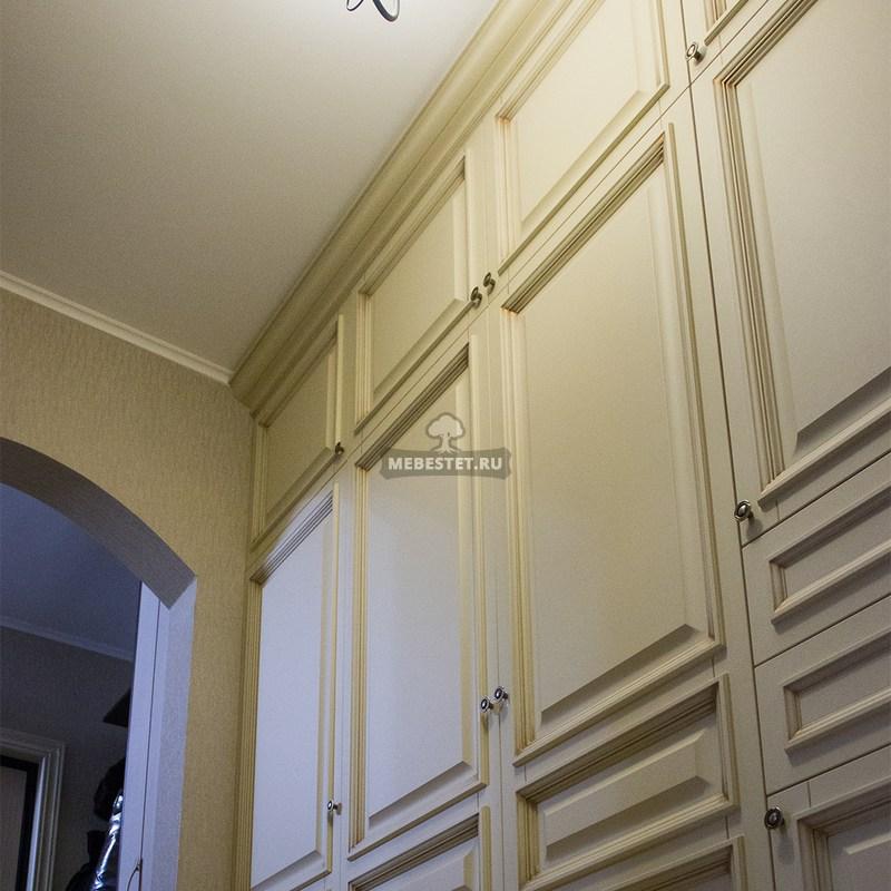 Классический шкаф в прихожей