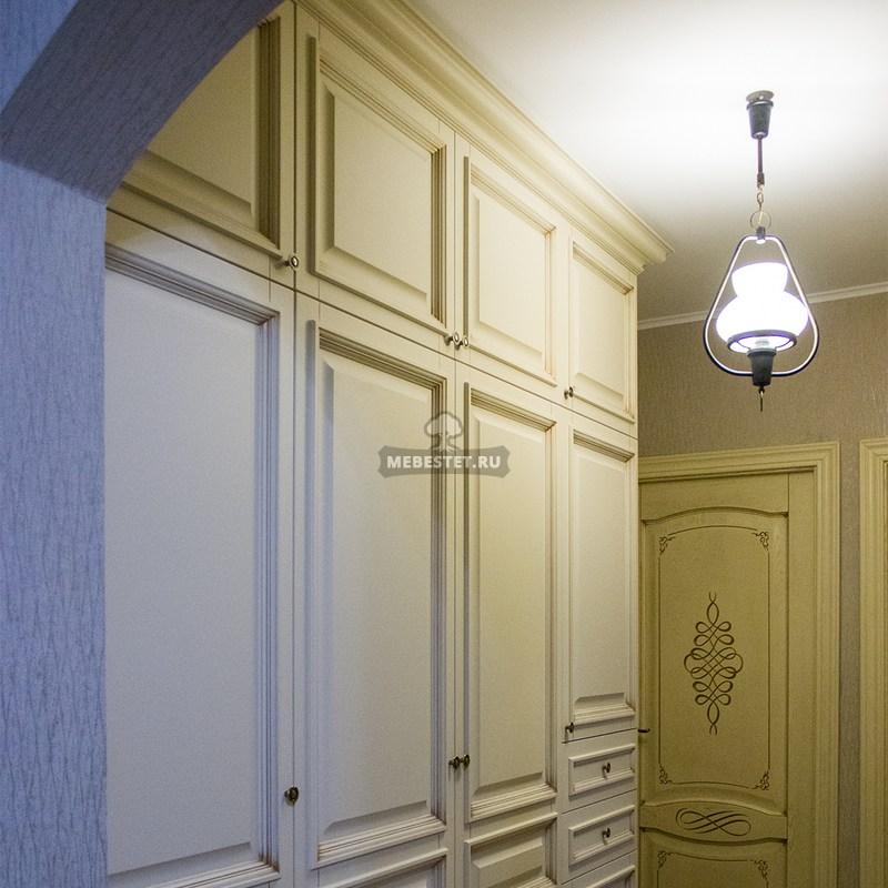 Шкаф белый с патиной