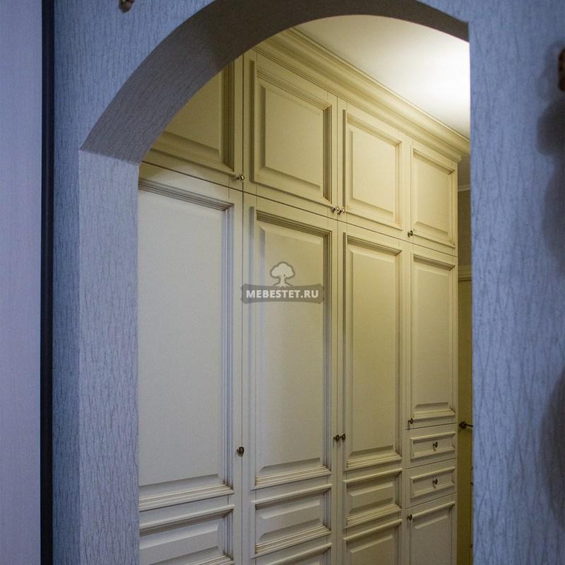 Шкаф в классическом стиле белый