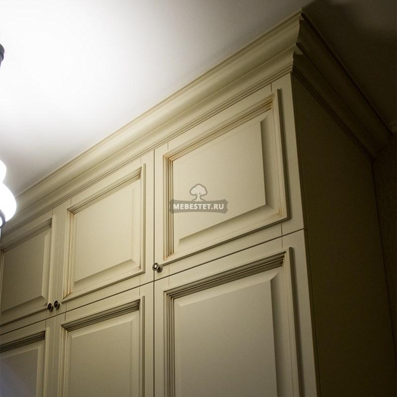 Шкаф вдоль узкого коридора