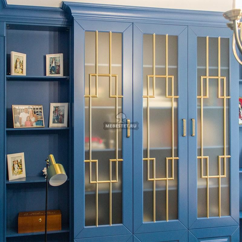 Синий шкаф с золотой патиной