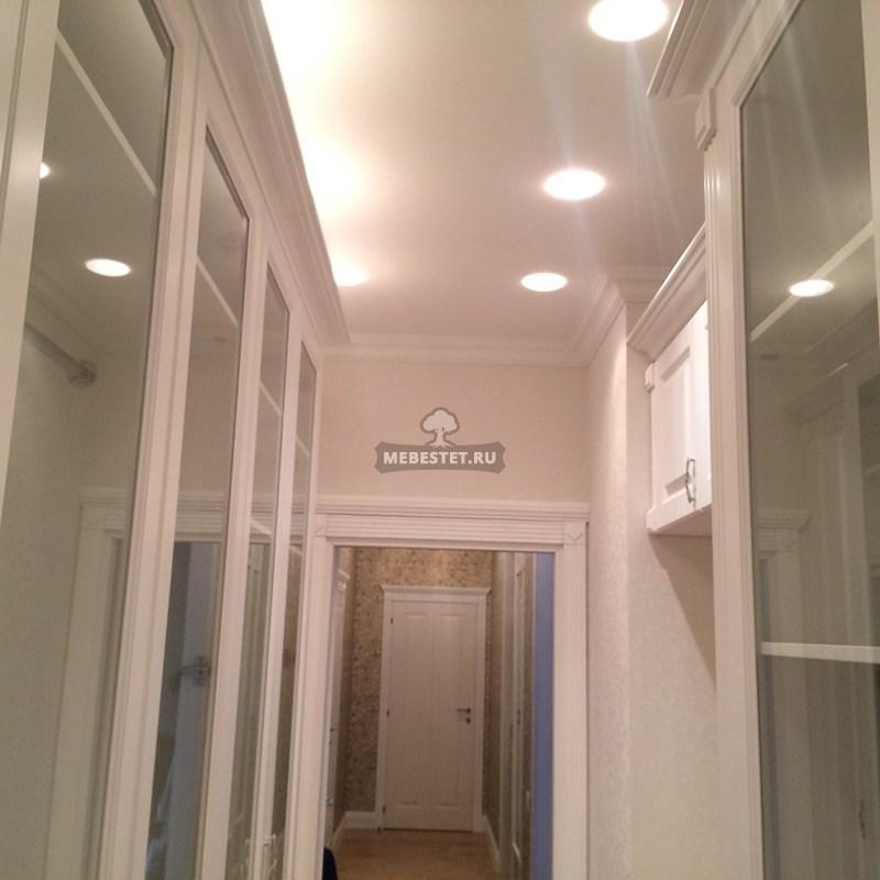 Вдоль шкафов установлено освещение