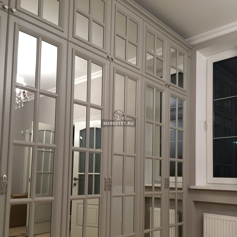 Между шкафов и окном установлен добор