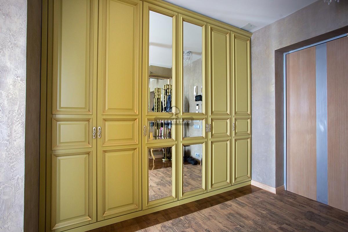 Эксклюзивный распашной шкаф на заказ в классическом стиле.