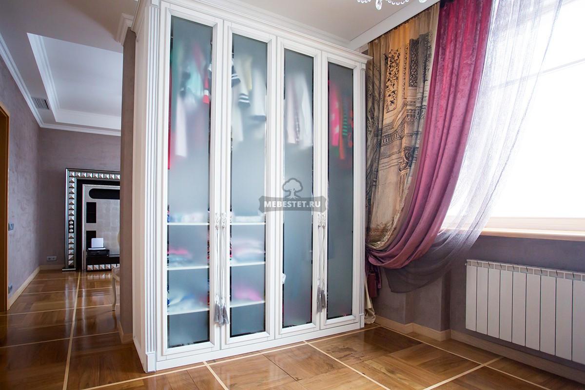 Белый шкаф с фацетами и матированным стеклом.