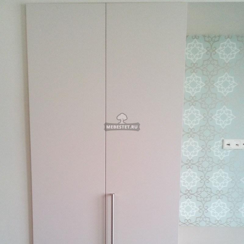 Левый шкаф с распашными фасадами