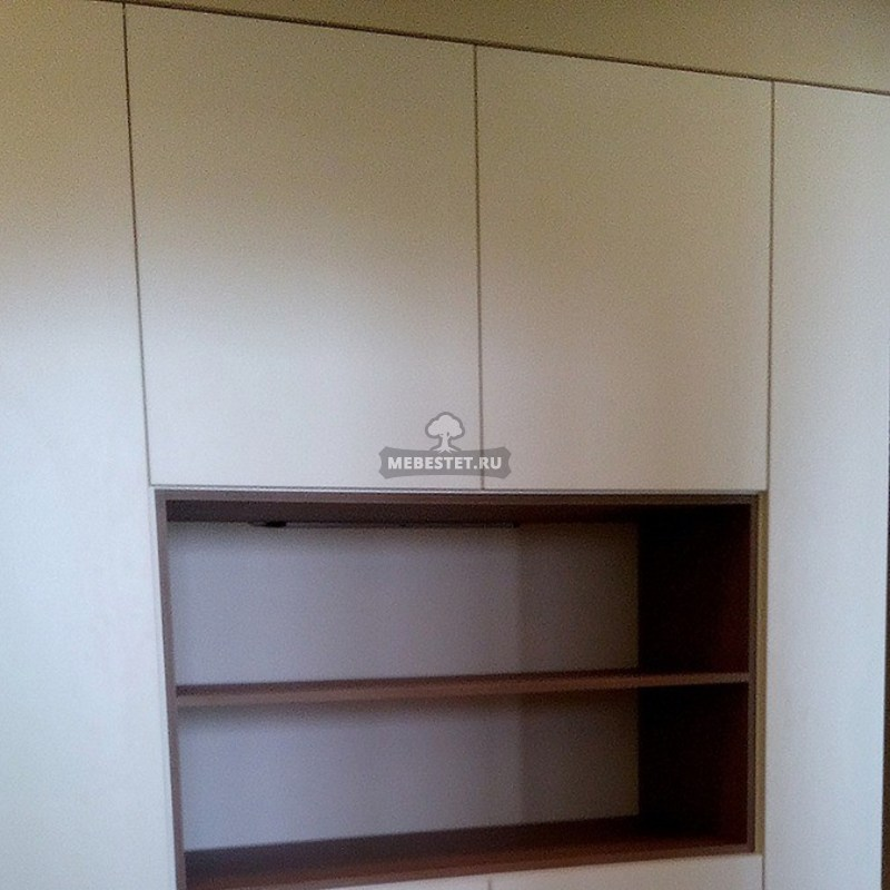 Встроенный шкаф с глянцевыми фасадами