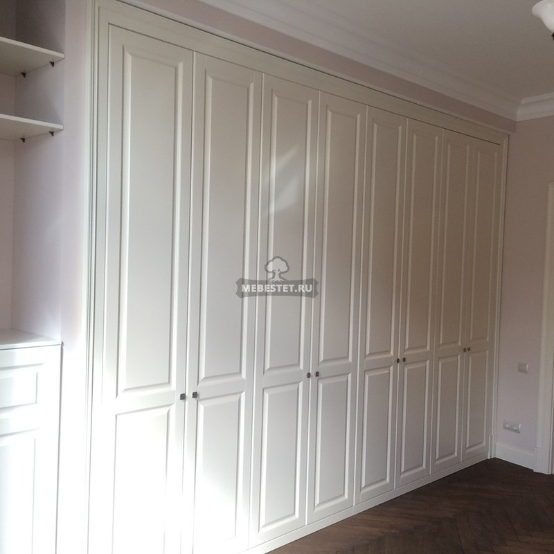Встроенный шкаф с распашными фасадами