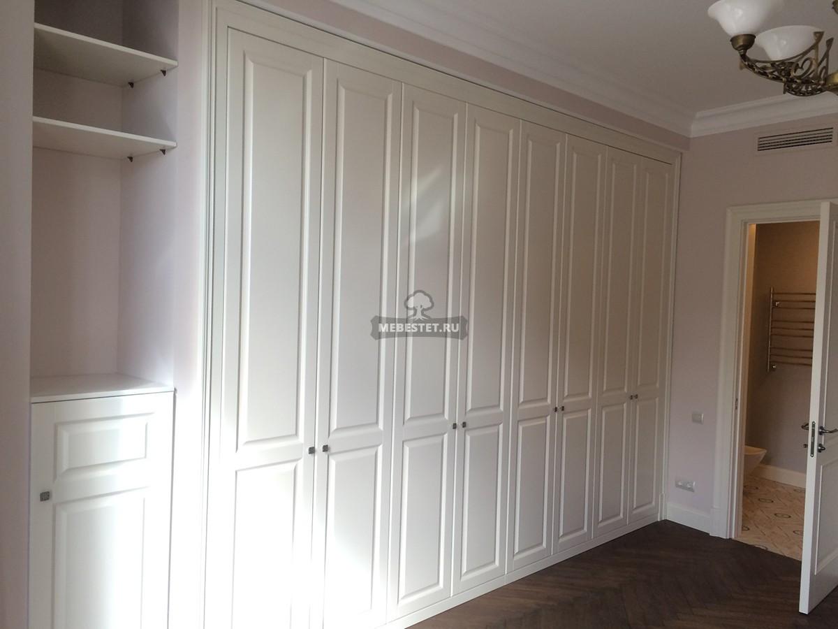 Шкаф встроенный в нишу гостиной.