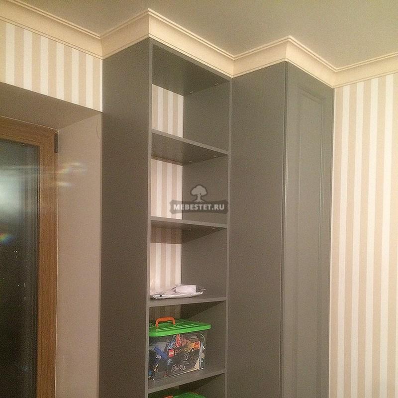 Два шкафа для соблюдения симметрии