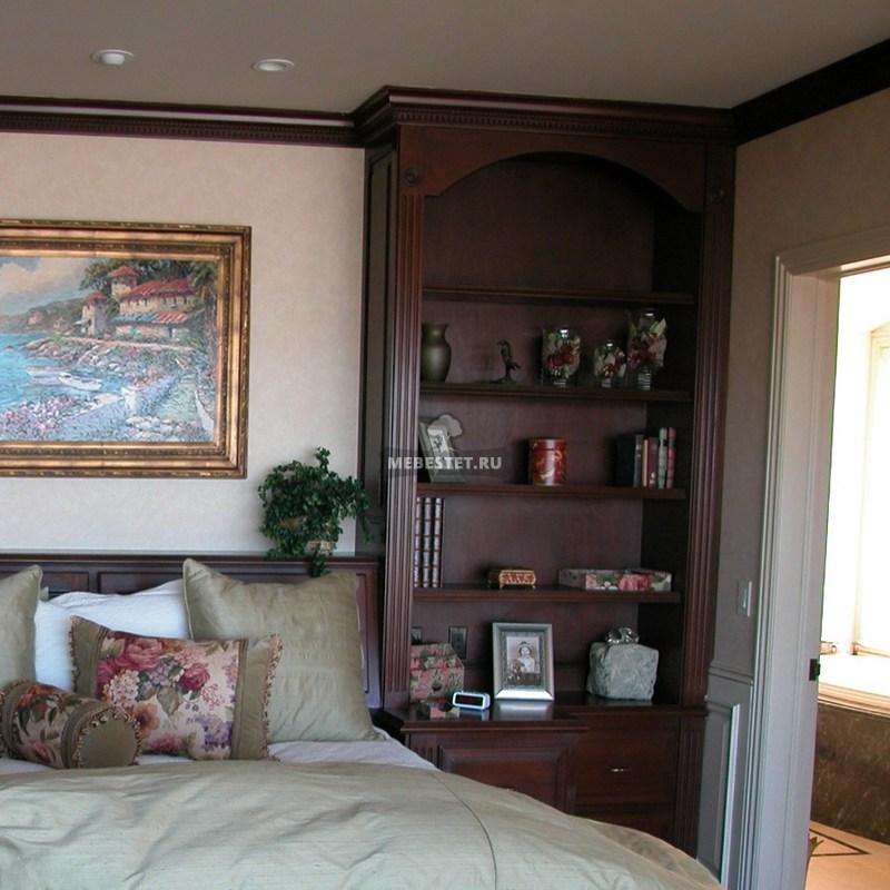 Шкафы по бокам от кровати из массива дуба