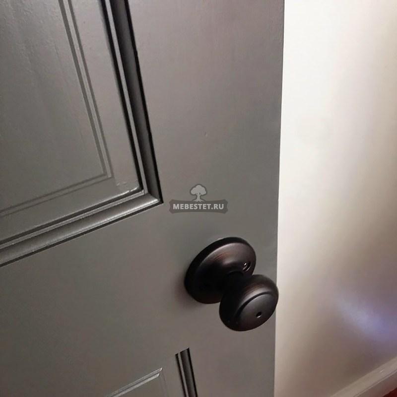 дверь из окрашенного дерева